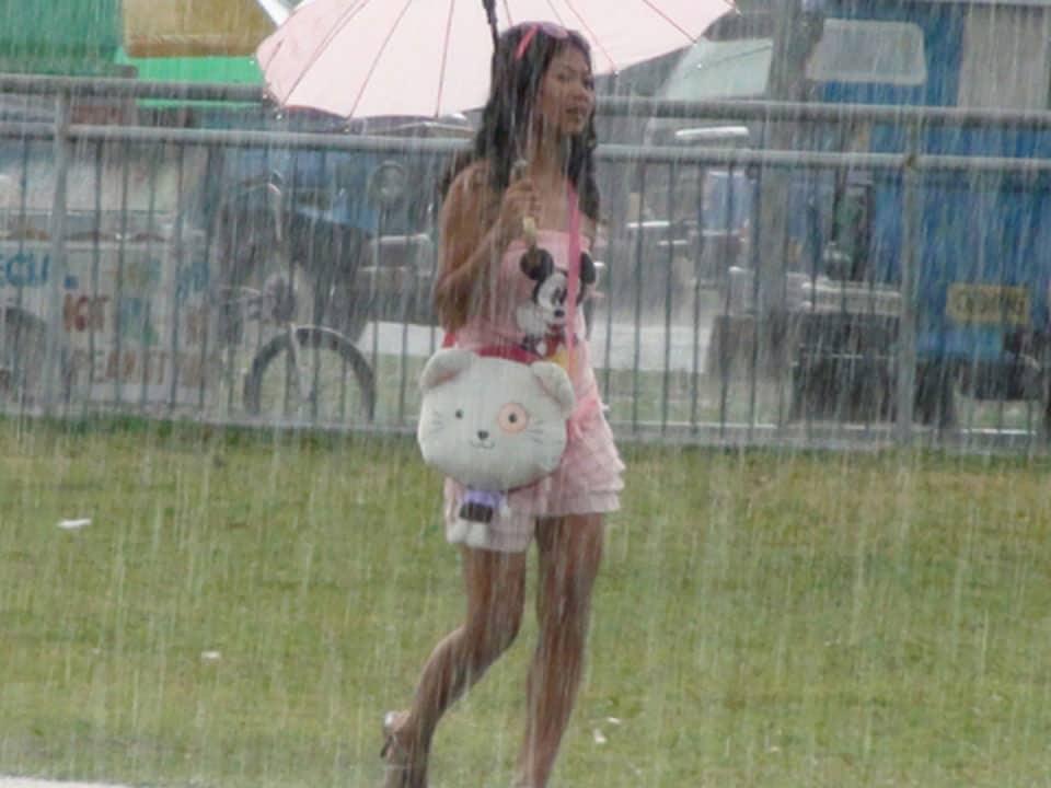 Wet Pinay Nicole caught in rain